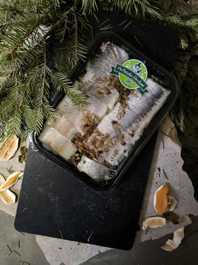 Mazsālītas siļķes filejas gabaliņi ar saulespuķu sēklām, eļļā (190 g)